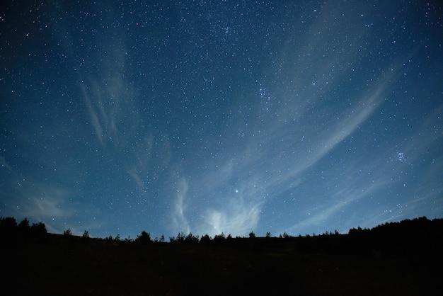 Blauwe donkere nachthemel met veel sterren