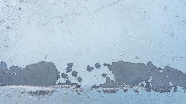 Blauwe doorstane geschilderde muur