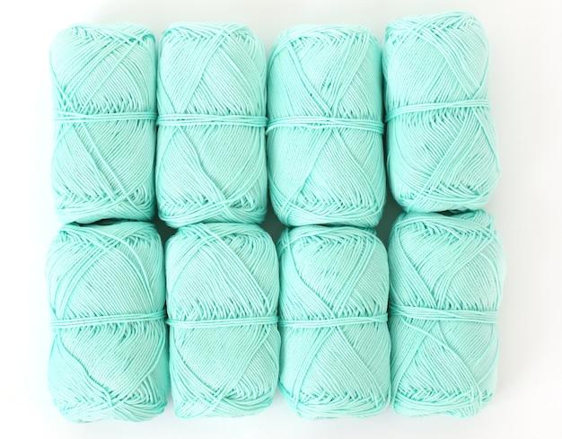 Blauwe draden op tafel