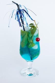 Blauwe drank met munt en kersenijs.