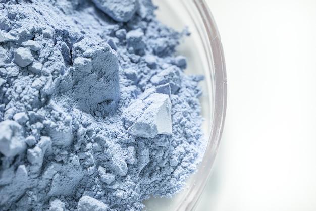Blauwe droge kleipovder in glazen schaal