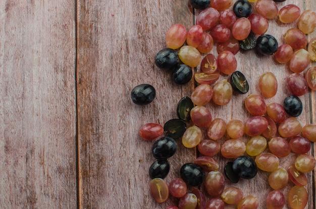Blauwe druiven met groen blad gezond eten