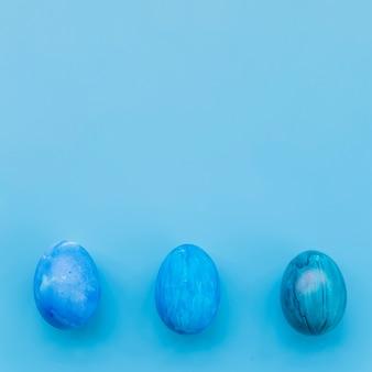 Blauwe eieren op blauwe achtergrond