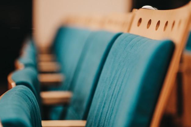 Blauwe en beige stoelen naast elkaar