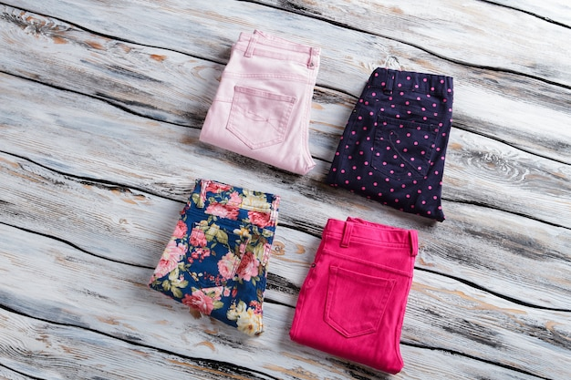 Blauwe en felroze broek. dames gevouwen casual broek. koopwaar van topkwaliteit in de etalage. kleding uit de modecatalogus.