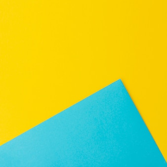 Blauwe en gele vellen papier met kopie ruimte