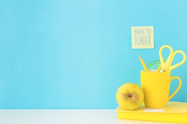 Blauwe en gele werkplek voor studies