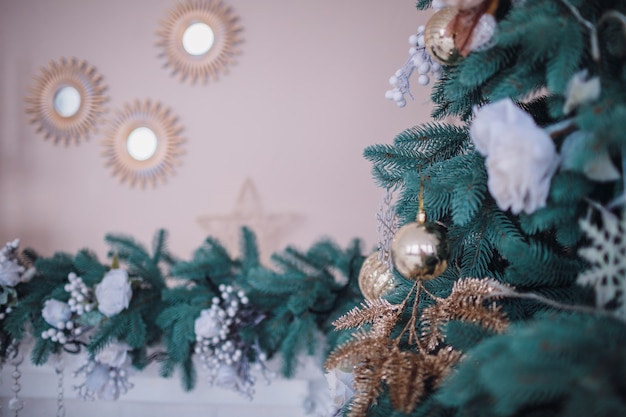 Blauwe en groene kerstboom versierd met origineel speelgoed