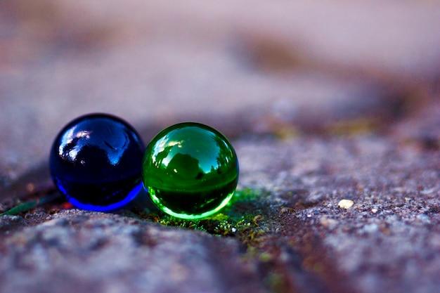Blauwe en groene marmeren ballen