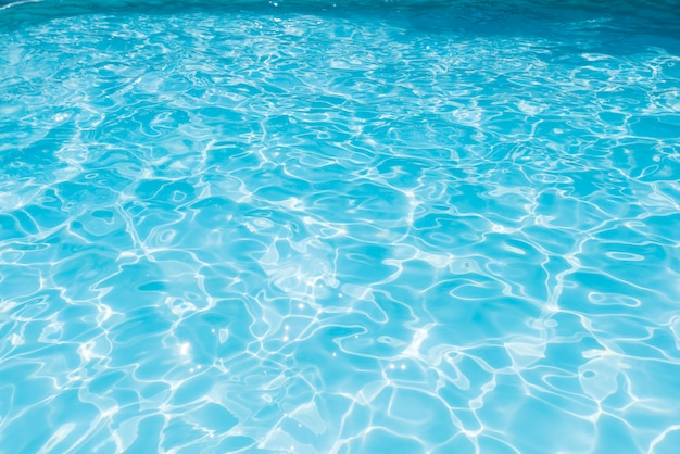 Blauwe en heldere zeewateroppervlakte met sunrefection, water in zwembad