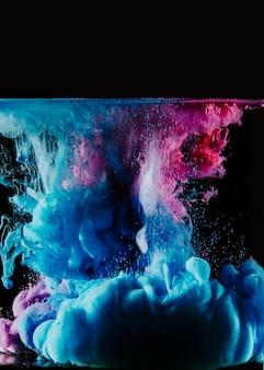 Blauwe en magenta kleurstoffen in water
