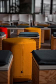 Blauwe en oranje plastic stoelen
