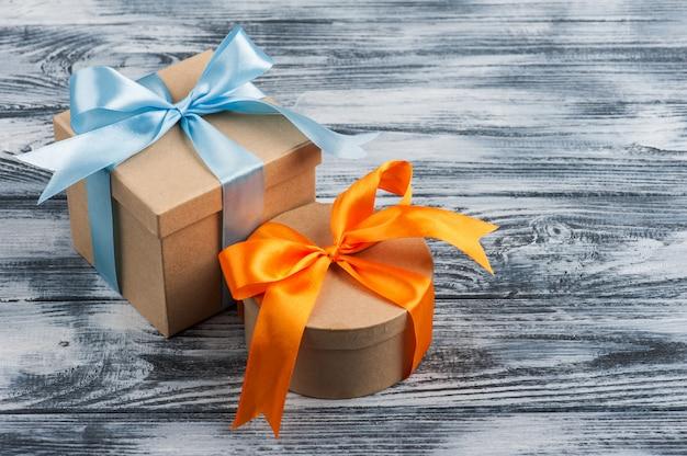 Blauwe en oranje strik met handgemaakte geschenkdozen