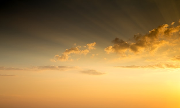 Blauwe en oranje zonsonderganghemel met stralen van de zon. natuurlijke landschapsachtergrond