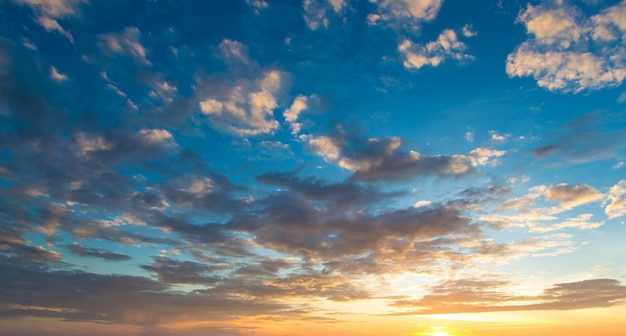 Blauwe en oranje zonsonderganghemel met zonnestralen. natuurlijk landschap voor achtergrond