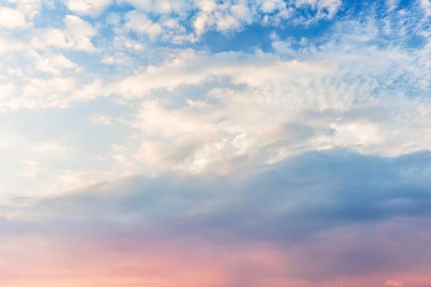 Blauwe en paarse hemel met witte wolken