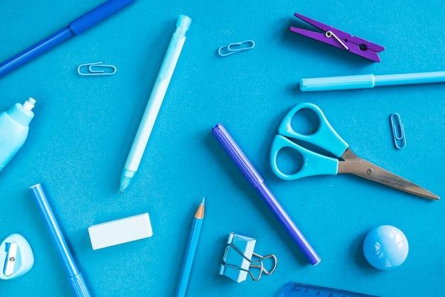 Blauwe en paarse kantoorbehoeftenchaos