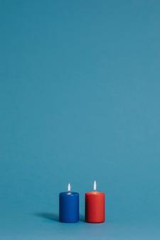 Blauwe en rode brandende kaarsen