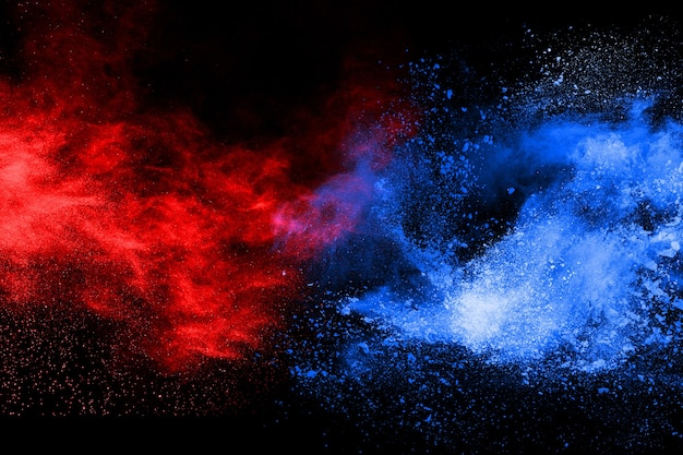 Blauwe en rode kleur poeder explosie op zwarte achtergrond