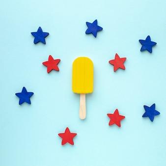 Blauwe en rode sterren naast ijs op stick
