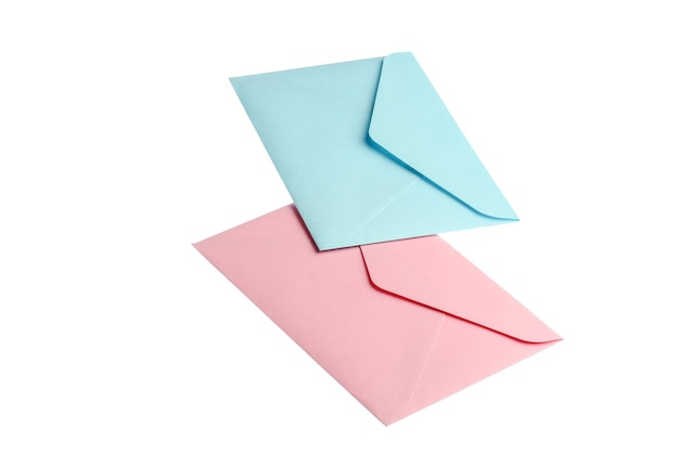 Blauwe en roze enveloppen geïsoleerd op een witte achtergrond. Premium Foto