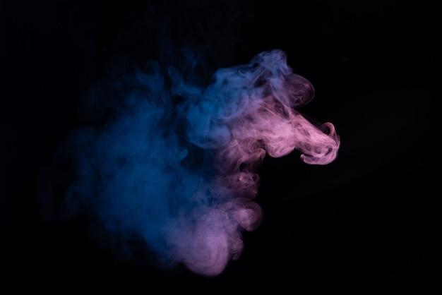 Blauwe en roze geïsoleerde stoom