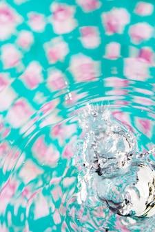 Blauwe en roze oppervlakte pool en kristallijne watergolven