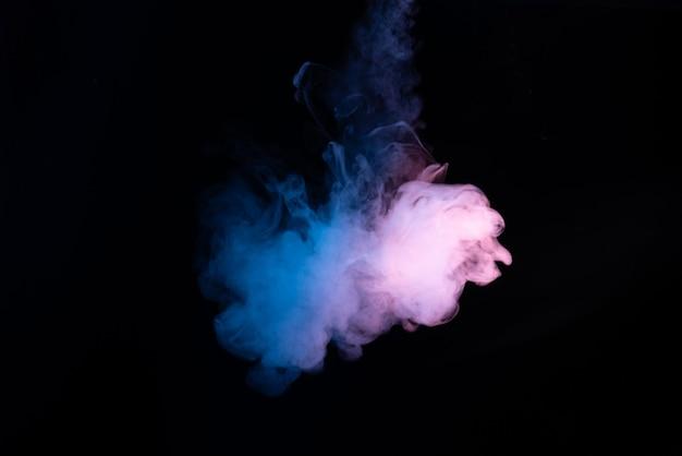 Blauwe en roze stoom op een zwart oppervlak
