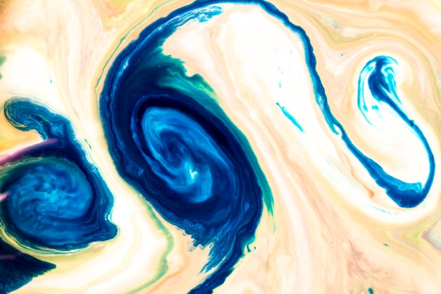 Blauwe en roze wervelingen van olieachtige verftextuur