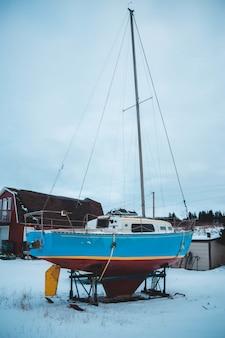 Blauwe en witte boot