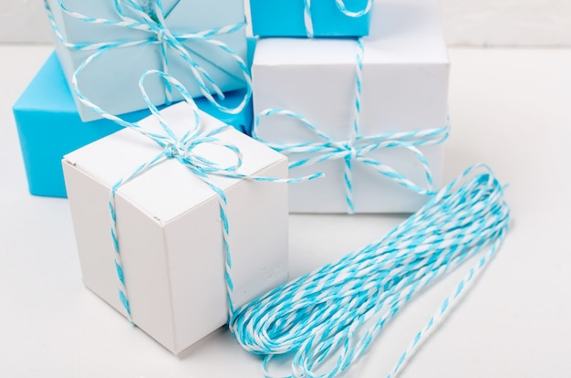Blauwe en witte geschenkdozen met lint