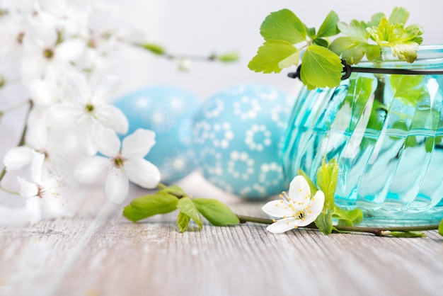Blauwe en witte paasdecoraties