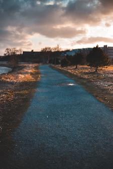Blauwe en witte weg onder bewolkte hemel