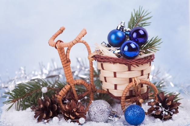 Blauwe en zilveren kerstballen in een rieten pot. kerst versiering