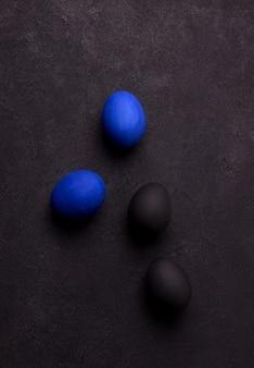 Blauwe en zwarte paaseieren