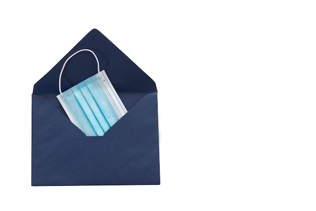 Blauwe envelop met gezichtsbeschermingsmasker op witte achtergrond en ruimte voor tekst.