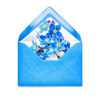 Blauwe envelop met vergeet me niet bloemen enkel object geïsoleerd op een witte achtergrond
