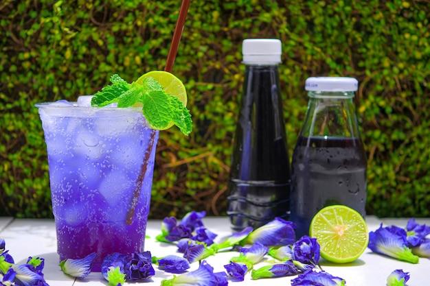 Blauwe erwtenbloem en limoensoda, zomerdranken