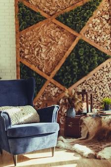 Blauwe fauteuil met gebreid beige kussen, modern interieur