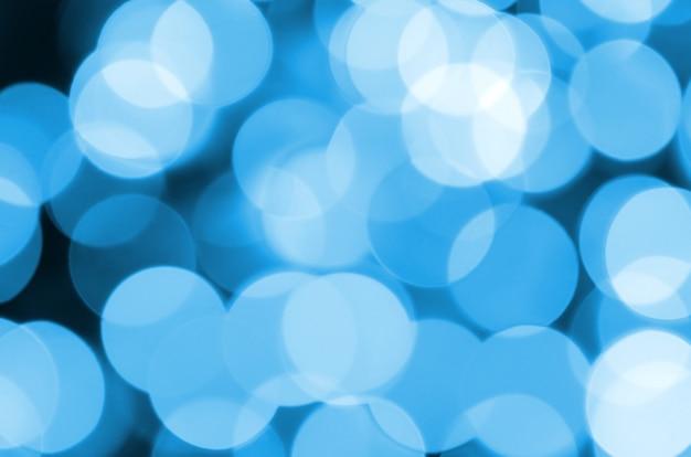 Blauwe feestelijke kerst elegante abstracte achtergrond met veel bokeh lichten. intreepupil artistiek beeld
