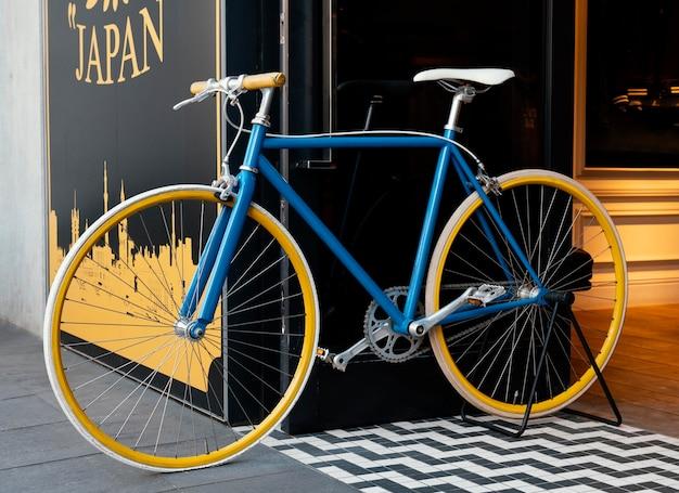 Blauwe fiets met gele wielen