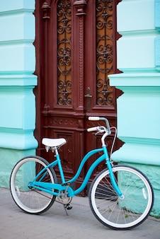 Blauwe fiets op straat