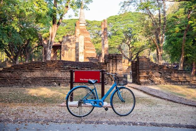 Blauwe fiets van wat nang phaya in si satchanalai historical park, sukhothai province, thailand, fietsen om te zien rond concept.