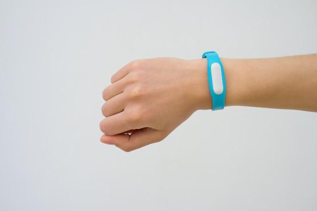 Blauwe fitness trackerclose-up op een vrouwelijke hand