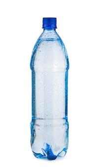 Blauwe fles met water en druppels geïsoleerd