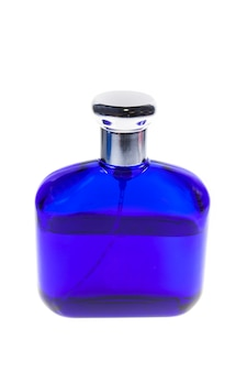 Blauwe fles parfum geïsoleerd op wit.
