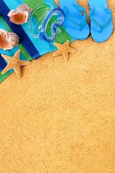 Blauwe flip flops op het strand