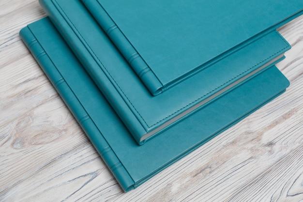 Blauwe fotoboeken op een houten tafel