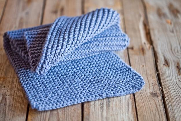 Blauwe gebreide houten sjaal