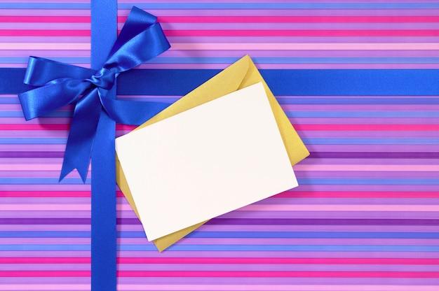 Blauwe geschenk lint strik op snoep streep inpakpapier, lege kerst of verjaardagskaart
